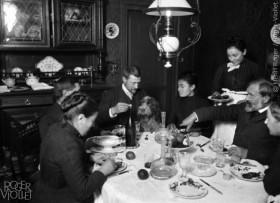 Repas+de+famille.+%C2%A9Henri+Roger%2FRoger-Viollet