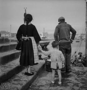 Famille+de+p%C3%AAcheurs+bretons.+%C2%A9Gaston+Paris%2FRoger-Viollet