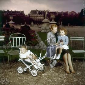 M%C3%A8re+et+enfants+au+jardin+des+Tuileries.+%C2%A9Roger-Viollet